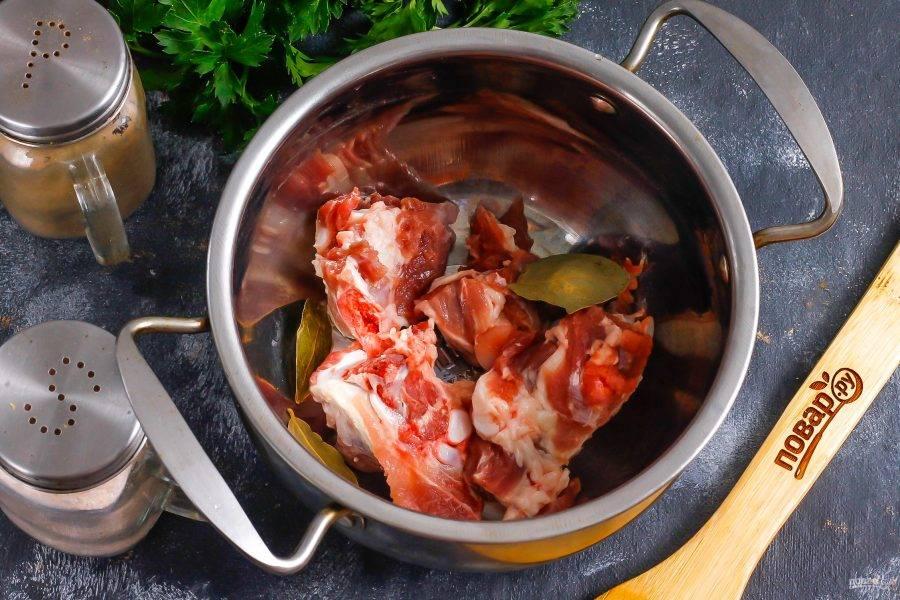 Промойте мясо и срежьте с него пленки, которыми так богата баранина. Нарежьте на порционные кусочки и выложите в кастрюлю или казан. Добавьте лавровые листья.