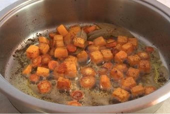 2. На растительном масле обжарим тыкву и морковь 10-20 минут. Советую добавить также и специи в само масло.