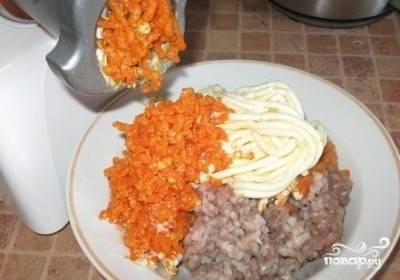 2.Все компоненты прокрутите через мясорубку с мелкой решеткой. Сначала селедку, потом — масло, а в конце — морковь. Масло лучше использовать холодное, так оно лучше перекрутится.