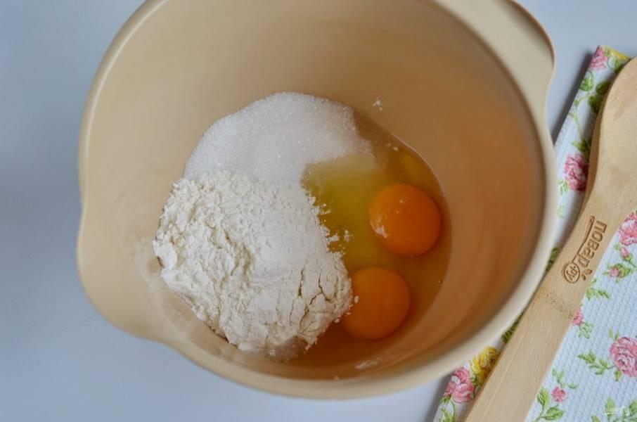 В таре для миксера соедините муку, ванильный и обычный сахар и яйца. Соедините ингредиенты, вливая небольшими порциями молоко.