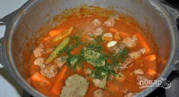 Смешайте все подготовленные ингредиенты, тушите блюдо 30 минут на медленном огне. В конце добавьте лавровый лист, зелень, измельчённый чеснок, соль и перец.