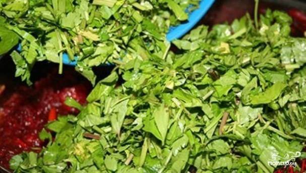 7. После чего соедините лук, морковь, свеклу, помидоры с чесноком и зеленью, а также капусту и доведите все овощи до готовности. Посолите и приправьте по вкусу. Добавьте зелень. Отправляем все овощи в емкость с толстым дном, заливаем водой и доводим до кипения. Тушим около 5 минут, после чего добавляем сахар и уксус.  Тушим еще около 3-5 минут, постоянно помешивая.