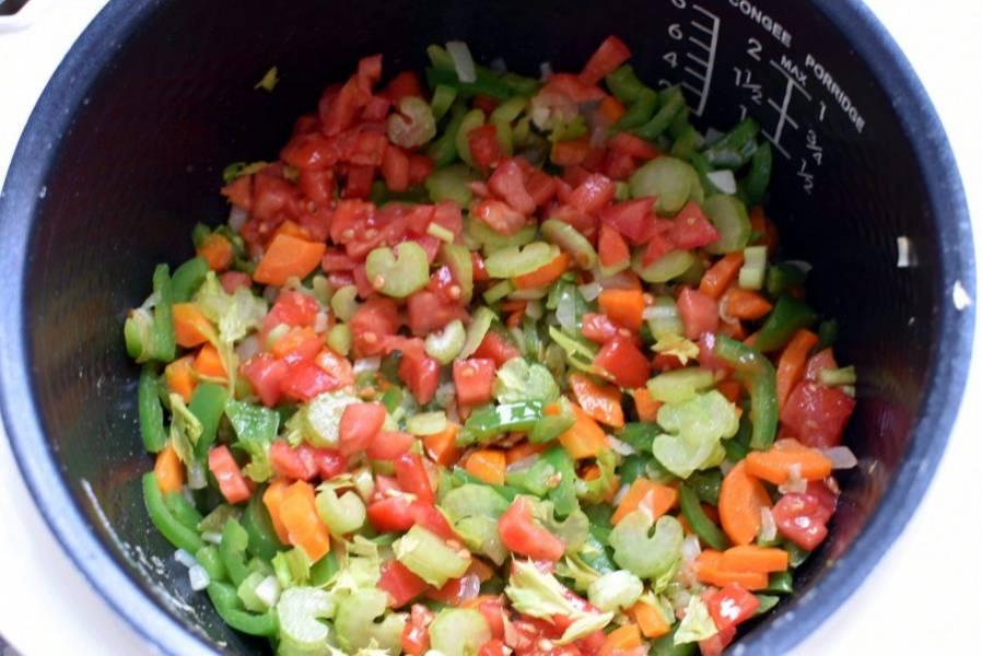 Добавьте сельдерей и нарезанные кубиками помидоры. Тушите 5 минут.