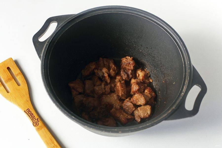 Посолите мясо по вкусу и обжарьте на среднем огне до готовнсти. В процессе можно периодически подливать небольшое количество воды, пока мясо не станет мягким, а затем подрумяньте его до легкой румяной корочки.