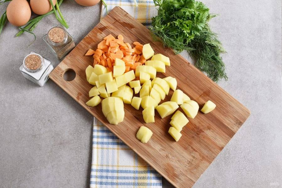 Картофель и морковь нарезаем произвольно, как вам больше нравится и варим в кипящей подсоленной воде до готовности.