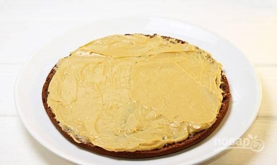 15. Ровным слоем распределите по коржу часть крема.