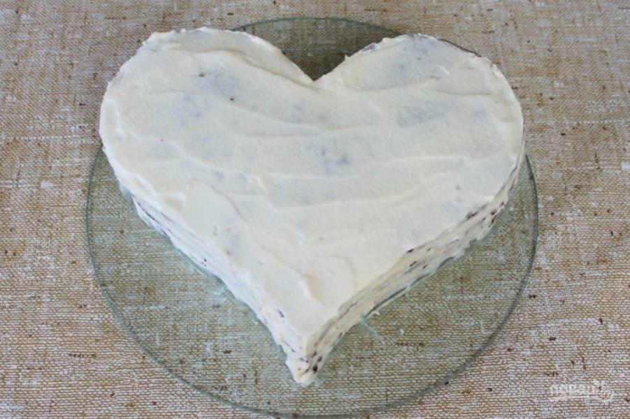Верхний корж смазываем белым кремом и хорошо промазываем оставшимся кремом боковые части.
