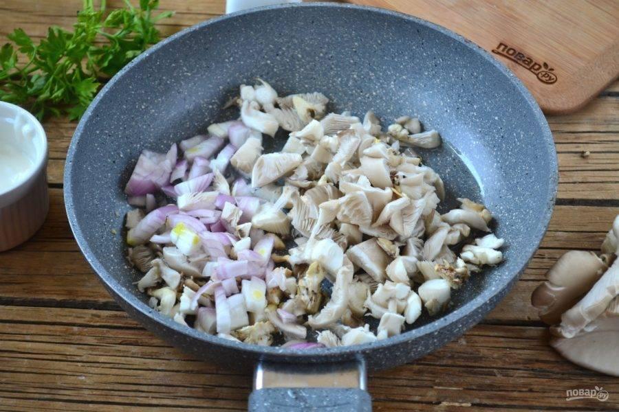 На сливочном масле обжарьте вешенки вместе с луком (до золотистой корочки).