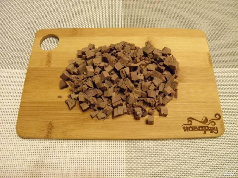 Порежьте мелкими кубиками печень.