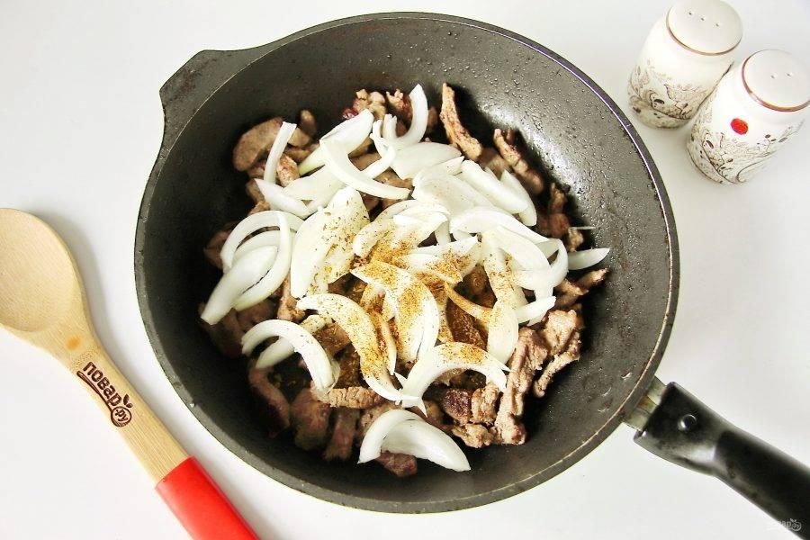 Затем добавьте нарезанный перьями лук и любимые специи. Можно обойтись просто молотым перцем, можно добавить паприку, сумах.