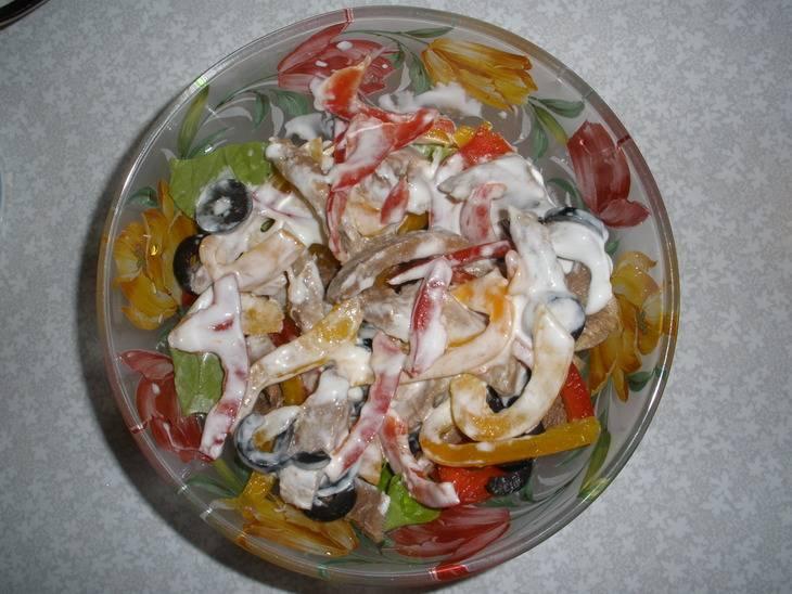 Следующий этап - заправка. Смешиваем майонез и сметану в пропорции 2 к 1 и получившуюся смесь заправляем в салат. Перемешиваем все, даем минут двадцать настояться и можем подавать к столу!