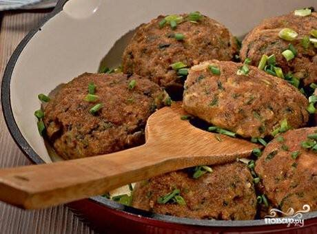 7.Готовые котлеты выкладываем на тарелки, украшаем зеленью и подаем к столу со свежими овощами. Приятного аппетита!