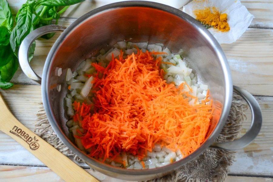 Морковь натрите на мелкой терке и добавьте в сотейник. Готовьте 5 минут под закрытой крышкой.