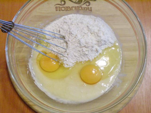 Добавляем в тесто муку, яйца, ванилин.