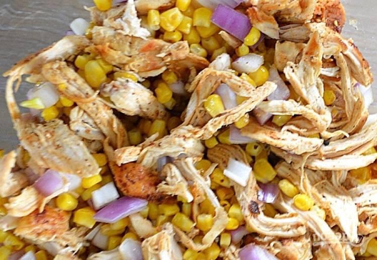 4.Обжаренную курицу разберите на волокна, нарежьте красный лук. Смешайте мясо с кукурузой, луком.