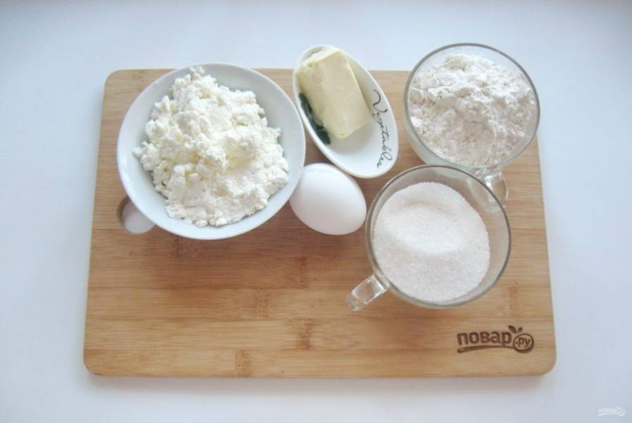 1. Подготовьте все ингредиенты для приготовления пирога.