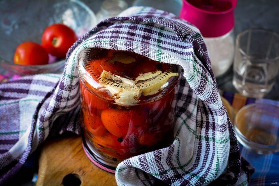 Переверните банку вверх дном и прикройте пледом или одеялом. Дайте остыть в таком виде, лучше оставьте помидоры в тепле на ночь.