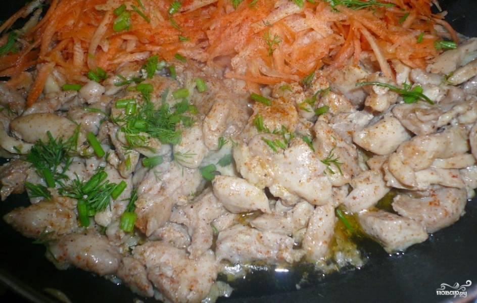Курицу порежьте на небольшие кусочки и замаринуйте в специях. Можете добавить соевый соус по желанию. Маринуйте хотя бы минут 20. Затем разогрейте на сковороде масло растительное, обжарьте в нем измельченный чеснок, добавьте курицу, натертую на терке морковку и измельченную зелень. Обжаривайте несколько минут до готовности курицы, посолите и поперчите по вкусу.