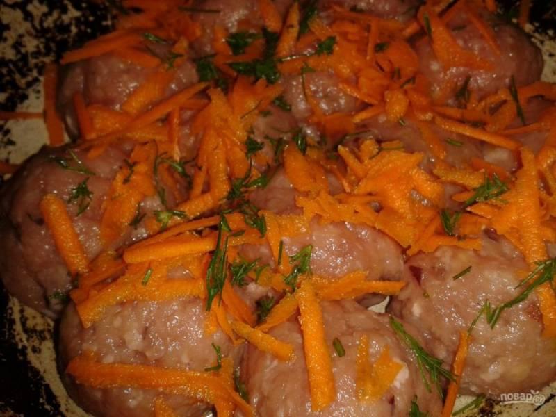 5. Перед заливкой натрите морковь на средней терке и посыпьте тефтельки. Также измельчите укроп и немного притрусите, а уже после залейте соусом.