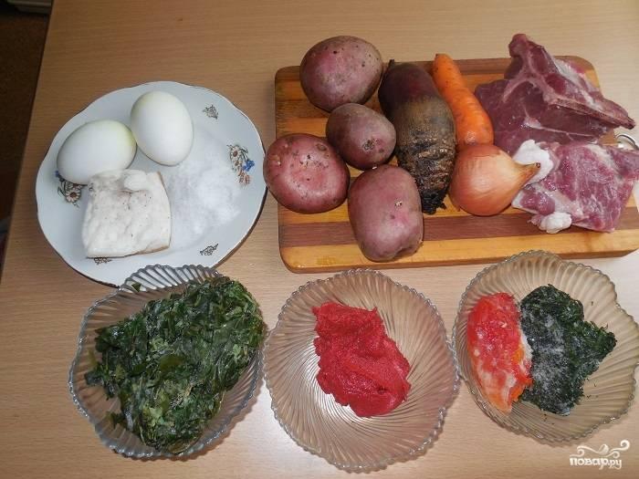 Подготовьте все необходимые ингредиенты. Яйца отварите заранее, замороженные овощи не стоит размораживать.