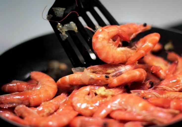 Затем отправьте их на сковороду, обжарьте в течение 5 минут, постоянно помешивая. Затем добавьте соусы (соевый и табаско), перемешайте. Жарьте еще 5 минут, затем слейте лишний соус и подайте на стол.