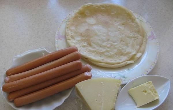 1. Вот такой простой набор ингредиентов понадобится для приготовления вкусной закуски. Сыр можно использовать любой по вкусу, а при желании в этот простой рецепт блинов с сосиской можно использовать жареный лук, например, вместо сыра.