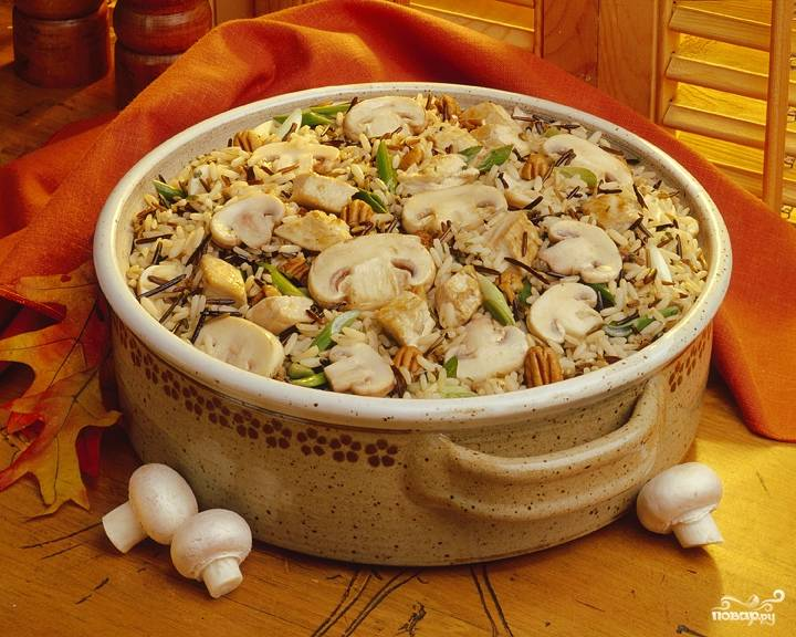 Будем готовить под крышкой на самом медленном огне примерно 20 минут - пока рис не впитает в себя всю влагу. Перемешаем плов, посыплем зеленью укропа и подадим на стол;).