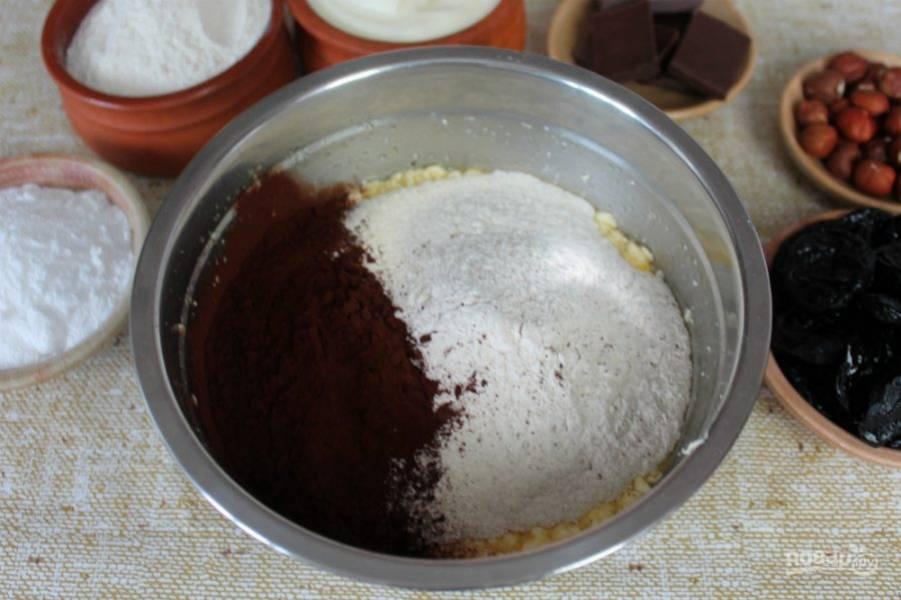 Насыпаем какао и стакан муки, добавляем гашенную соду и замешиваем тесто. Муку подсыпаем небольшими порциями и все время перемешиваем. На этом этапе добавляем около 300 грамм муки.