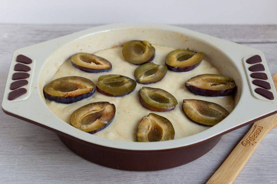 На тесто выложите половинки слив без косточек. Выпекайте пирог при температуре 180-190 градусов 50-60 минут.