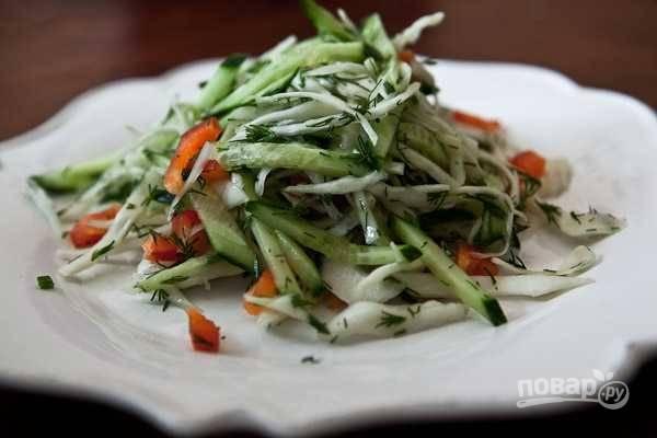 Добавьте к капусте овощи и зелень. Всё перемешайте и влейте масло. Приятной дегустации!