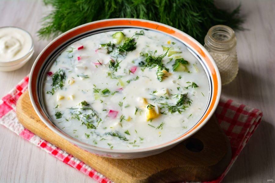 Залейте суп квасом и перемешайте со сметаной.
