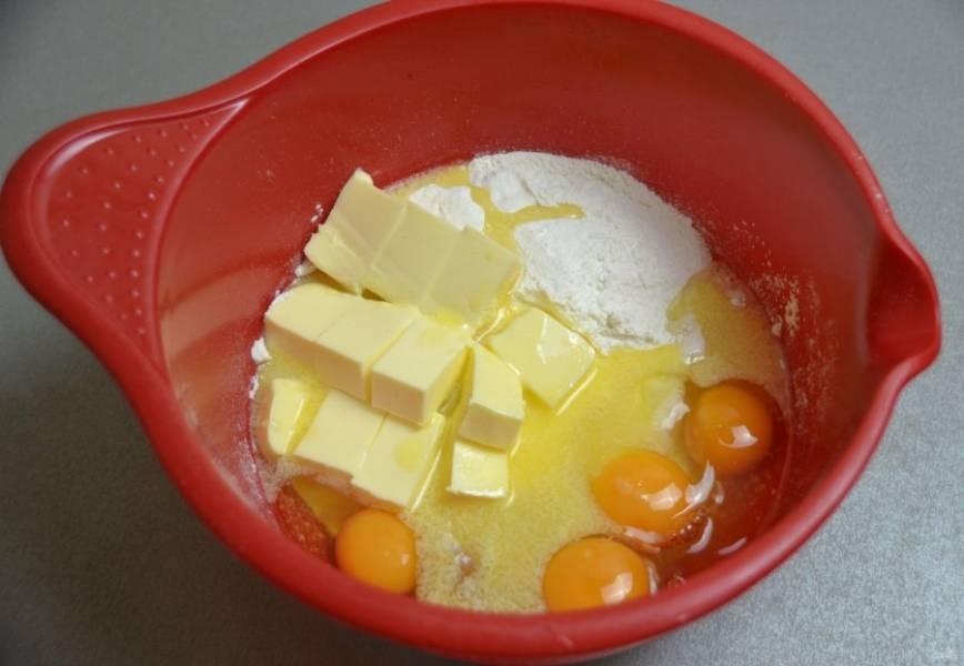 В миске смешайте муку, сахар, размягченное сливочное масло, яйца, соль, разрыхлитель.