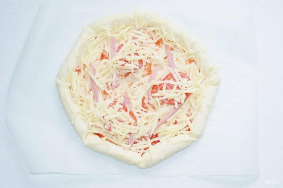Сверху снова присыпьте сыром. Отправьте пиццу в разогретую до 190 градусов духовку минут 15-20 минут.