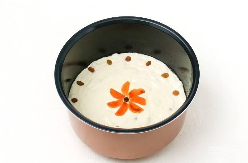 """Творожное тесто выложите в мультиварку, смазанную маслом. Сверху украсьте курагой и изюмом. Поставьте режим """"Выпечка"""" на 45 минут."""