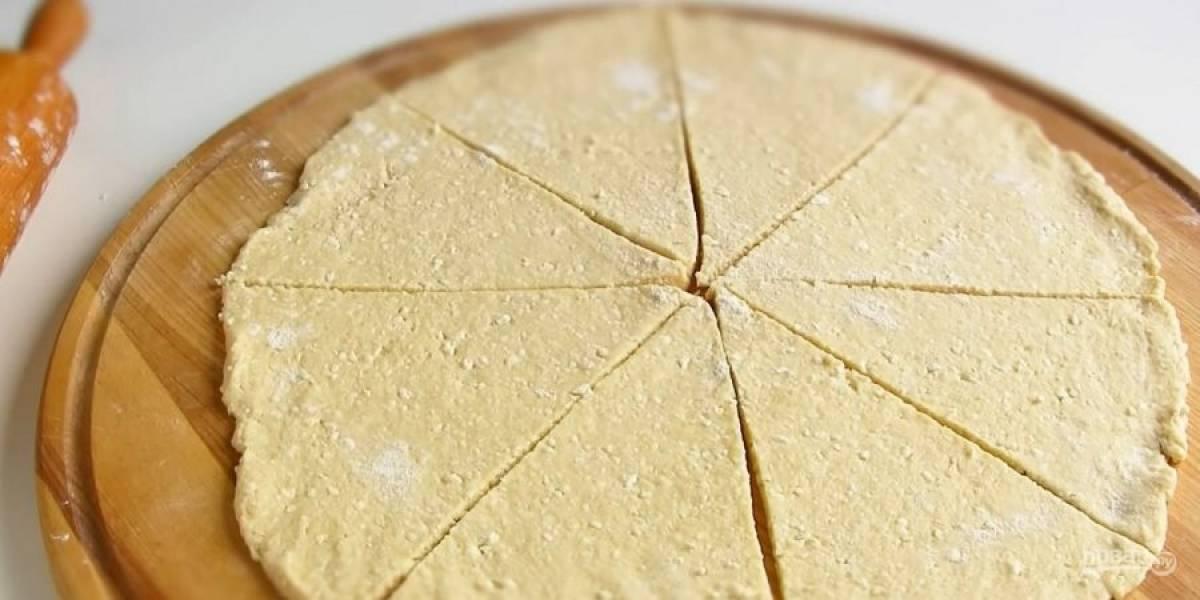 2.  Добавьте разрыхлитель, муку и вымесите мягкое эластичное тесто. Разделите тесто на две равные части и раскатайте на присыпанной мукой поверхности в пласт толщиной 1 см.