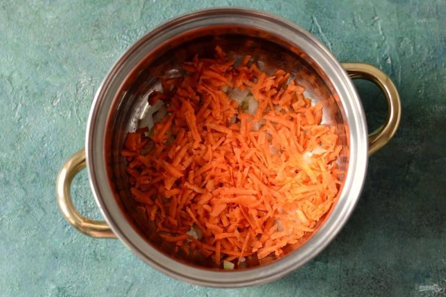 Морковь очистите, натрите на крупной терке. Добавьте в кастрюлю, жарьте до мягкости пару минут.
