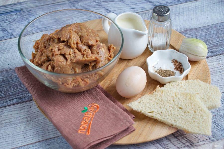 Подготовьте необходимые продукты. Два вида фарша перемешайте. С хлеба срежьте жесткую корочку. Лук очистите.