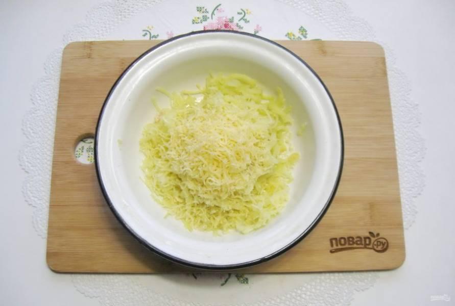Добавьте тертый сыр.
