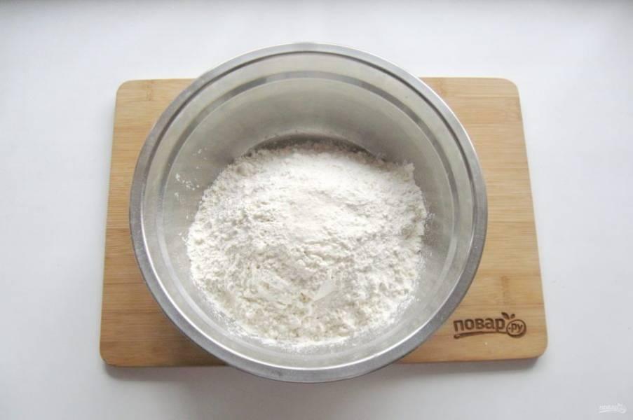 В миску насыпьте муку, соль, соду и разрыхлитель.