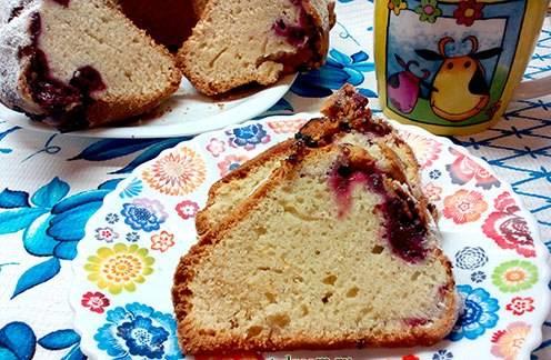 7. Подаем к столу в нарезанном виде. Кекс можно украсить оставшимися вишнями, притрусить сахарной пудрой или украсить листочками мяты.