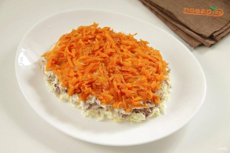 Затем кладем слой моркови.