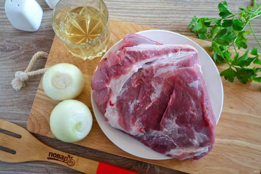 Подготовьте все необходимые ингредиенты. Для шашлыка желательно использовать свиную шейку, но можно взять лопатку, задок или даже ребро.