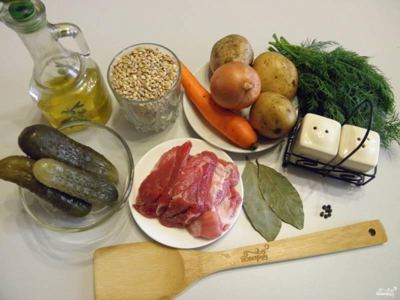 Приготовьте продукты для рассольника. Используйте любимые специи для мясного бульона, я добавила два лаврового листочка и несколько горошин черного перца. В конце варки их нужно извлечь.