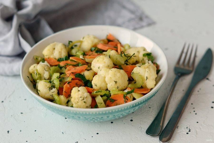 Теплый салат из цветной капусты готов, приятного вам аппетита!