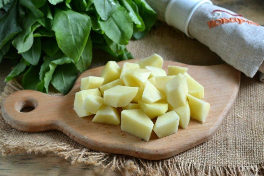 Куриный бульон доведите до кипения. Я заранее отварила курицу, вынула ее и процедила бульон. Картофель порежьте небольшими кусочками и отправьте в кипящий бульон.