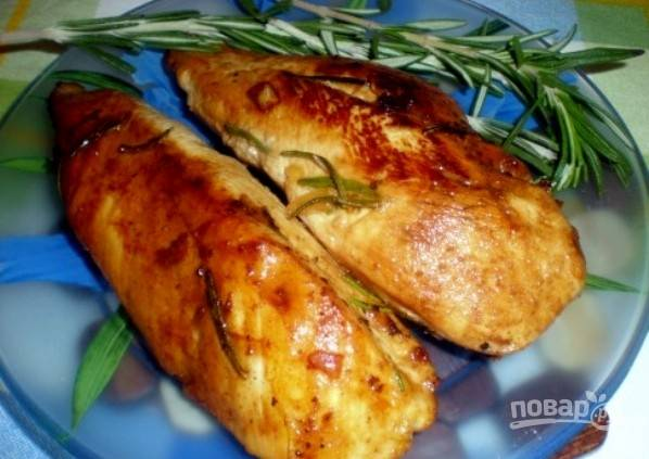 Потом в сковороду влейте маринад и немного воды. Доведите блюдо до кипения, и далее тушите курицу ещё 10 минут. Всё готово! Приятного аппетита!