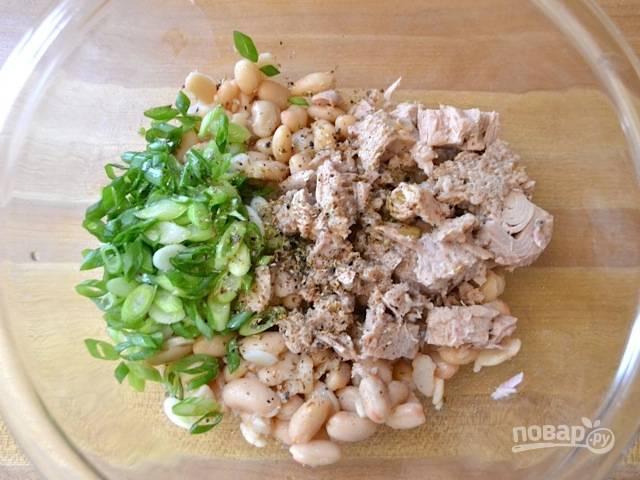 2. Заправляю салат оливковым маслом, добавляю столовую ложку сока лимона, солю и перчу по вкусу.