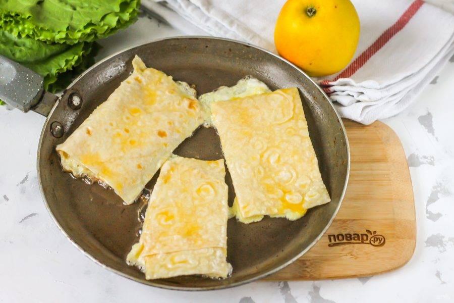 Разогрейте на сковороде растительное масло, убавьте нагрев до среднего. Обмакните по очереди каждую заготовку в яичную массу и выложите в масло. Обжарьте с каждой стороны по 1-2 минуты до румяности.