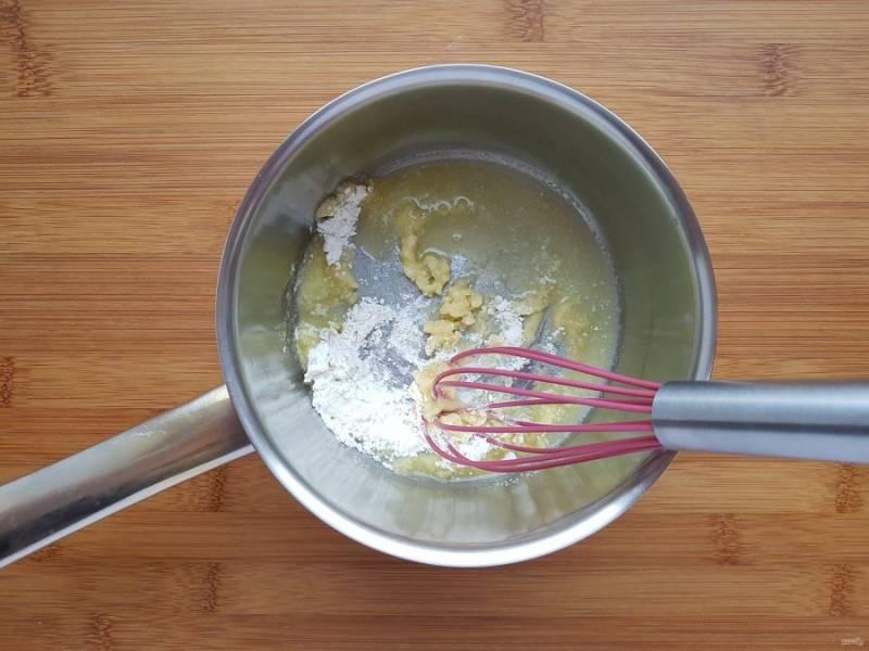 Теперь приготовьте соус бешамель. Для этого в сотейнике распустите сливочное масло и слегка обжарьте в нем муку.