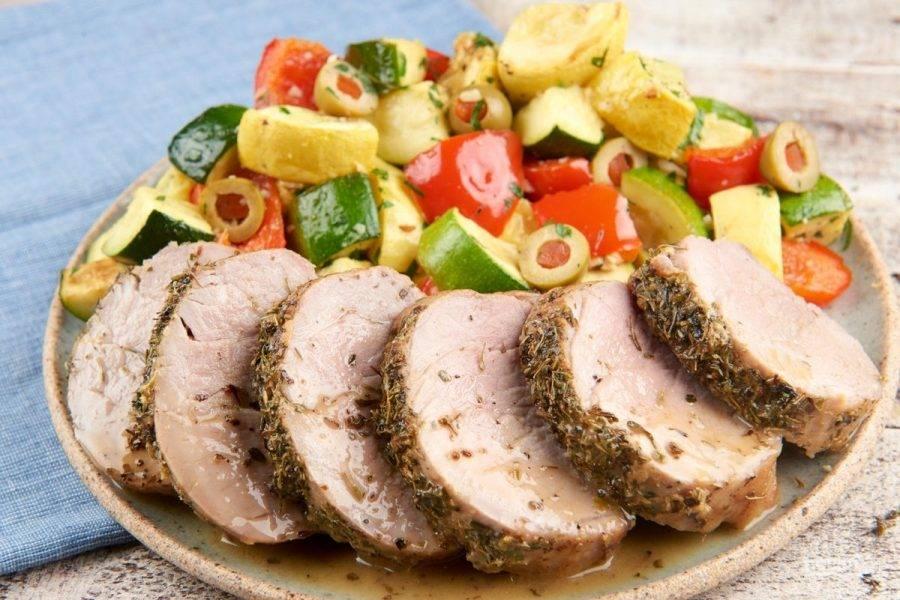 6. Перед подачей вырезку нарежьте и полейте соусом. Рядом выложите овощи. Приятного аппетита!